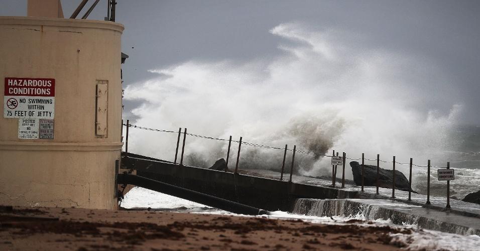 6.out.2016 - Ondas atingem a ilha Singer, na costa atlântica de Palm Beach, na Flórida, horas antes do previsto para a chegada do furacão Matthew aos EUA