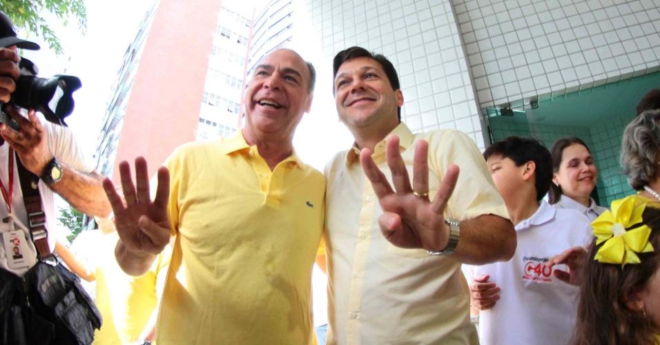 30.out.2016 - O candidato à Prefeitura de Recife Geraldo Julio (PSB), à direita, e o senador Fernando Bezerra Coelho (PSB-PE), à esquerda, participam de café da manhã na casa do governador de Pernambuco, Paulo Câmara (PSB), no bairro da Madalena, na capital pernambucana