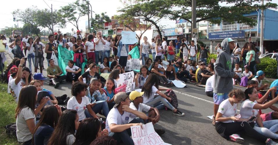 1º.nov.2016 - Estudantes fazem manifestação contra reformas no ensino médio anunciadas pelo governo federal, na Avenida John Boyd Dunlop, no bairro de Campo Grande, em Campinas (SP). O protesto começou na rua Manoel Machado Pereira.