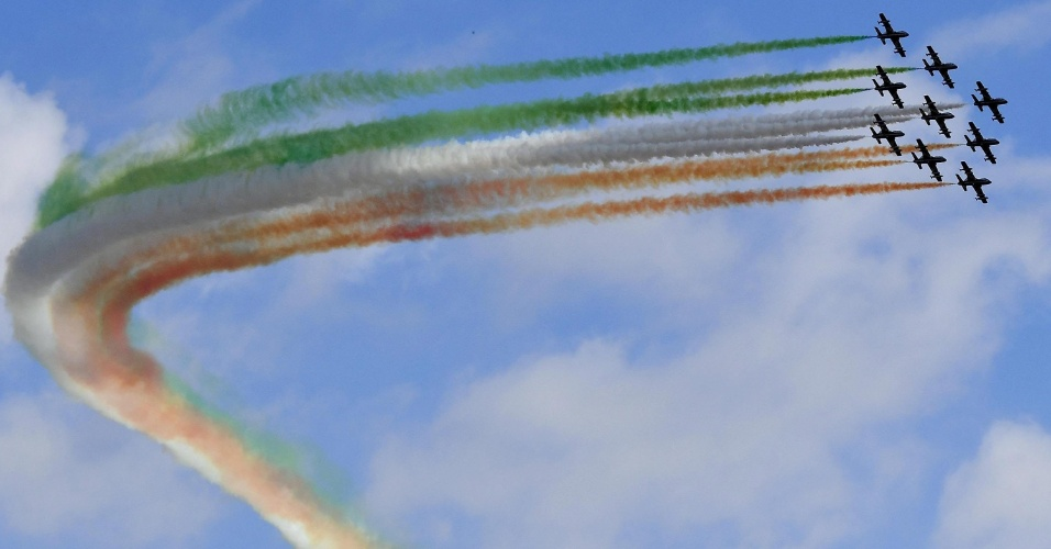 4.nov.2016 - Equipe Frecce Tricolori, esquadrão de aeroacrobacias da Força Aérea Italiana, voa sobre o monumento a Victor Emmanuel II, no Dia das Forças Armadas em Roma, Itália