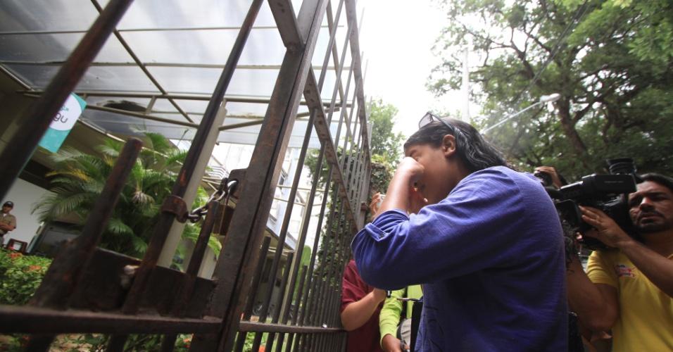 6.nov.2016 - A estudante Bianca Nascimento chega a atrasada e é impedida de entrar no campus da Universidade Católica de Pernambuco (Unicap), neste domingo (6), segundo dia de provas do Enem