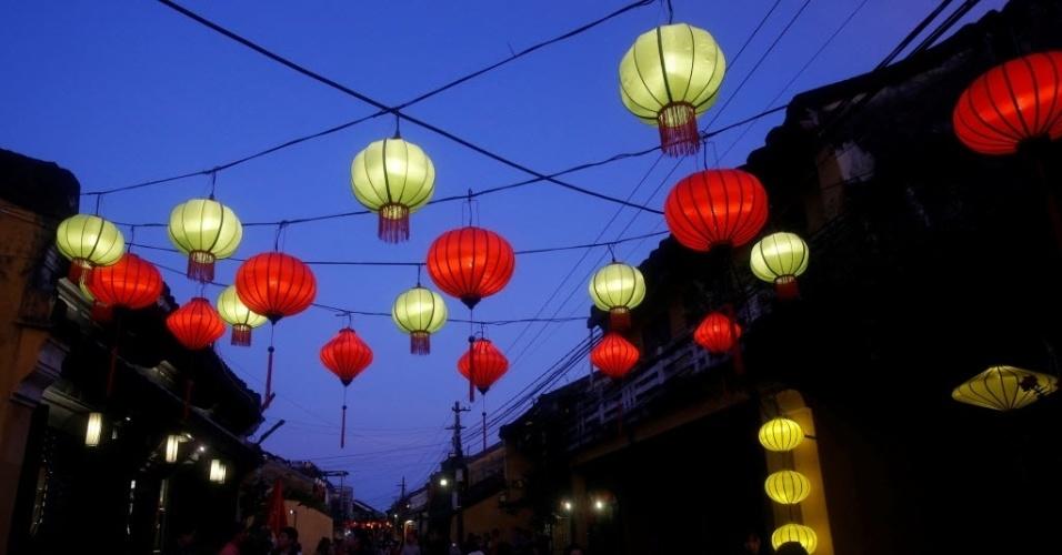 28.jan.2018 - No Vietnã, turistas contemplam lanternas em celebração do Ano Novo Lunar, ou Ano Novo Chinês, na cidade de Hoi An
