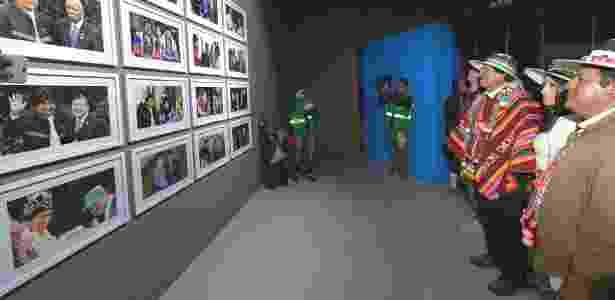 2.fev.2017 - O presidente da Bolívia, Evo Morales, olha fotos suas com líderes de outros países em exibição no Museu da Revolução Democrática e Cultural, em Orinoca -  Freddy Zarco/ABI -  Freddy Zarco/ABI