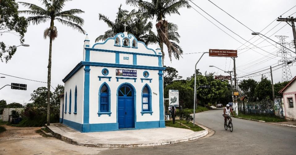 17.mar.2017 - Uma das referências turísticas da Ilha do Bororé é a Capela de São Sebastião, construída em 1904. Mantida nas cores azul e branco, ela tem atividades religiosas pelo menos duas vezes por semana. Fica logo na entrada do bairro