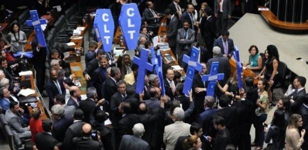 Oposição ao governo protestou na Câmara contra a 'morte da CLT'