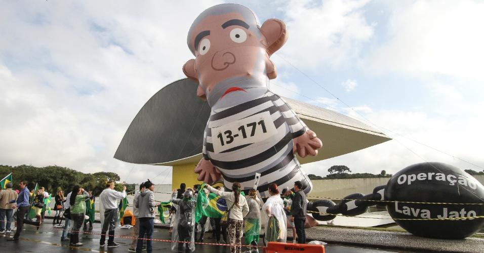 10.mai.2017 - Pixuleco, boneco inflável que representa Lula com roupa de presidiário, é erguido por manifestantes contra o ex-presidente, no Centro Cívico de Curitiba (PR)
