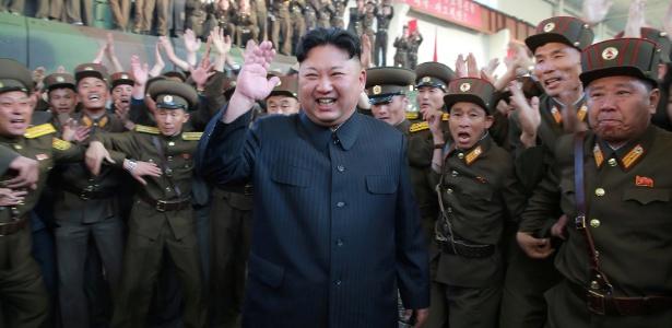 O ditador norte-coreano Kim Jong-un é cercado por membros do exército