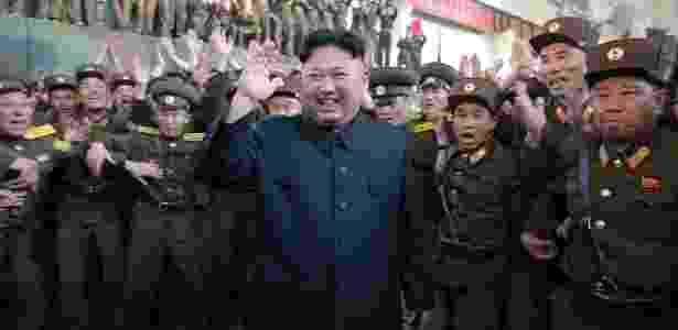 15.mai.2017 - O ditador norte-coreano Kim Jong-un é cercado por membros do exército - KCNA via Reuters - KCNA via Reuters
