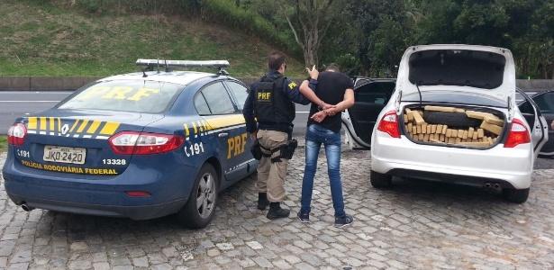O homem foi preso por suspeita de tráfico de drogas e receptação de veículo roubado