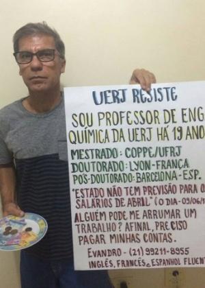 Com doutorado no exterior, professor da Uerj pede emprego nas ruas e foto é compartilhada milhares de vezes