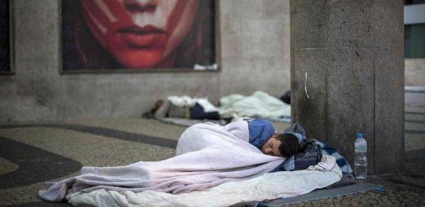 be7119f1487 Crise multiplica mendigos e até executivos viram sem-teto no Rio de Janeiro