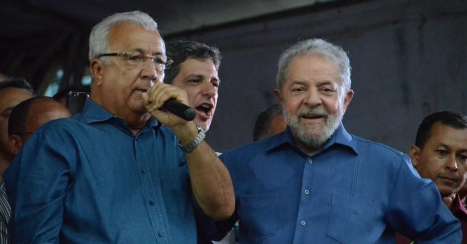 20.ago.2017 - O governador de Sergipe, Jackson Barreto (PMDB), participa de ato da caravana do ex-presidente Lula pelo Nordeste, em Estância