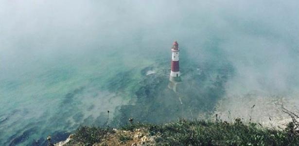 Praia próxima a Eastbourne, na costa sul da Inglaterra, é cercada por névoa tóxica - Louisa Neale/Reuters