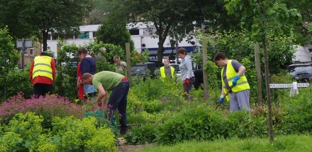 Moradores de Todmorden plantam frutas, verduras e hortaliças em espaços públicos  - Reprodução/Facebook/Incredible Edible Todmorden