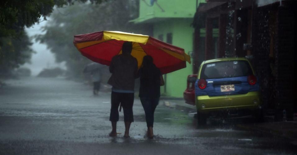 8.set.2017 - Casal enfrenta forte tempestade em Tecolutla, no México