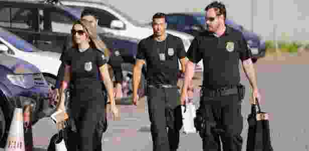 """13.set.2017 - Policiais federais carregam malotes durante a operação """"Tendão de Aquiles"""" - Nelson Antoine/Folhapress"""