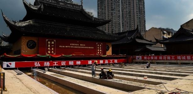Entrada principal de templo em Xangai, na China, sendo deslocada com o auxílio de trilhos