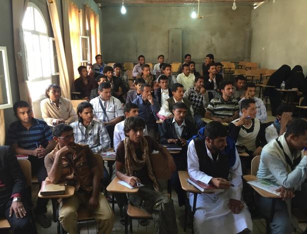 Aula de direito em universidade pública em Marib, no Iêmen, que foi encerrada pela guerra e reaberta no ano passado com 2.700 alunos
