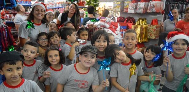 Alunos do Colégio Rodrigues Dias, em São Paulo, na loja de brinquedos