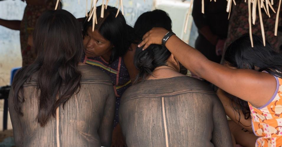 1º.dez.2017 - O ritual de pintura das indígenas envolve quase todas as mulheres da aldeia
