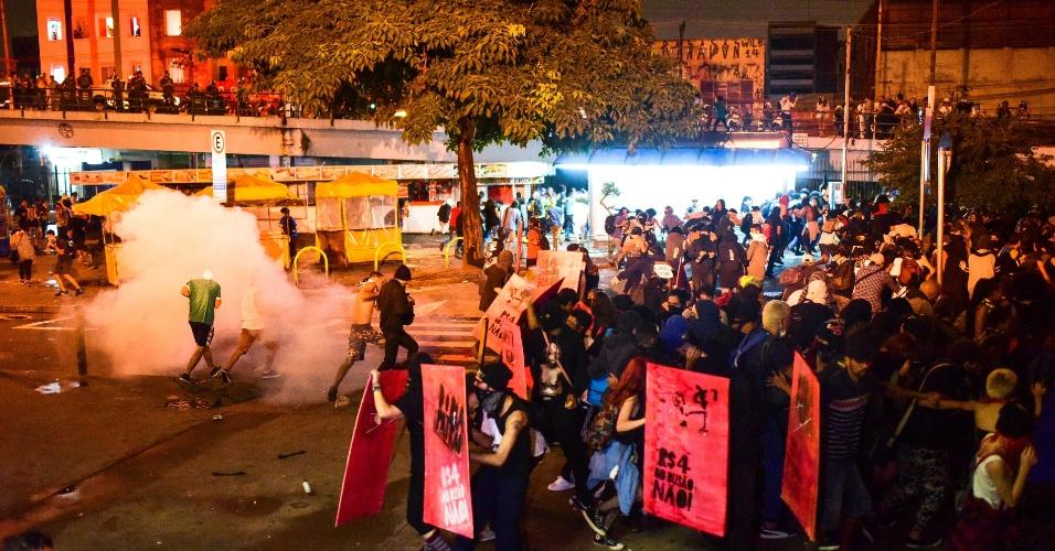 11.jan.2018 - Manifestantes correm e dispersam com bombas de gás atiradas pela PM ao final de protesto em São Paulo contra o aumento das tarifas de transporte público na capital paulista