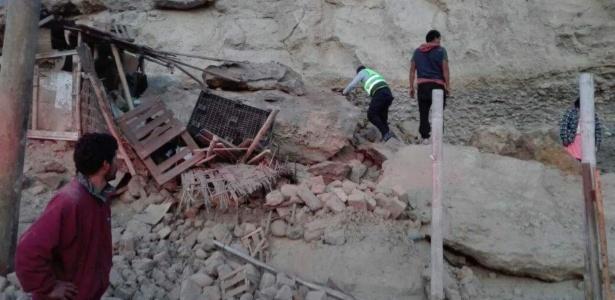 Equipe de resgate observa escombros após terremoto em Yauca, em Arequipa, no Peru