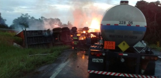 Acidente com quatro automóveis deixou ao menos seis feridos na Régis Bittencourt