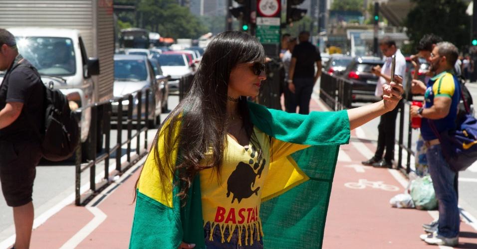 Manifestantes defendem a condenação e a prisão do ex-presidente Luiz Inácio Lula da Silva em protesto realizado diante do Museu de Arte de São Paulo (Masp), na Avenida Paulista, em São Paulo; no mesmo dia, Lula era julgado pelo TRF-4, em Porto Alegre