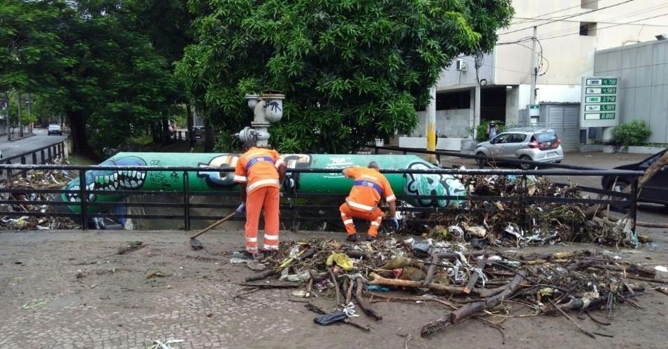 15.fev.2018 - Os garis da Comlurb trabalharam pela manhã desta quinta-feira em diversos trechos da avenida Maracanã para retirar entulhos e pedaços de árvores que caíram