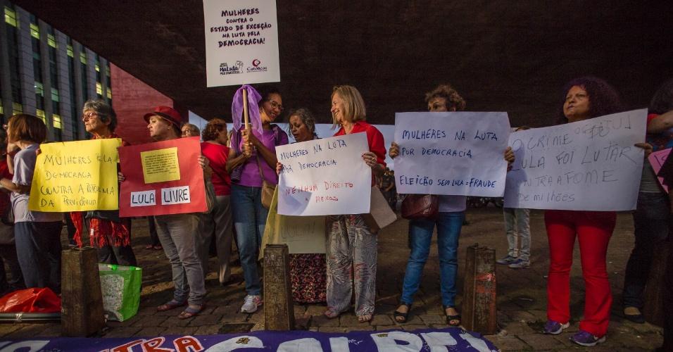 4.abr.2018 - Mulheres realizam ato em defesa do ex-presidente Luiz Inácio Lula da Silva (PT) no vão livre do Masp, na Av. Paulista, São Paulo