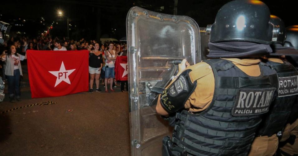 7.abr.2018 - Movimentação de manifestantes contra e a favor do ex-presidente Luiz Inácio Lula em frente à sede da Polícia Federal em Curitiba, na noite deste sábado. Lula se entregou à Polícia Federal no Sindicato dos Metalúrgicos do ABC, em São Bernardo do Campo, e já está detido na PF da capital paranaense