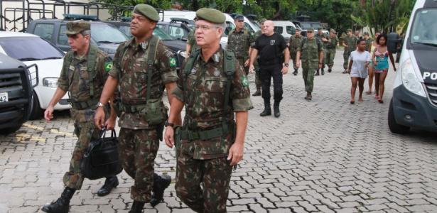 Membros da equipe de intervenção fazem inspeção em unidade da Polícia Civil
