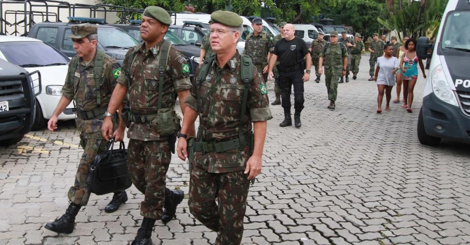 Membros da equipe de intervenção fazem uma inspeção em unidade da Polícia Civil