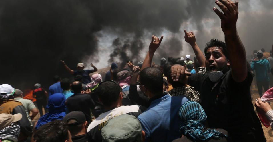 14.mai.2018 - Manifestantes palestinos protestam na Faixa de Gaza contra a transferência da embaixada dos EUA de Tel Aviv para Jerusalém e contra o 70º aniversário da criação de Israel