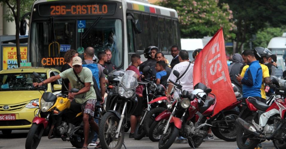 30.mai.2018 - Mototaxistas e petroleiros protestam contra o aumento dos combustíveis na frente da sede da Petrobras, no Rio
