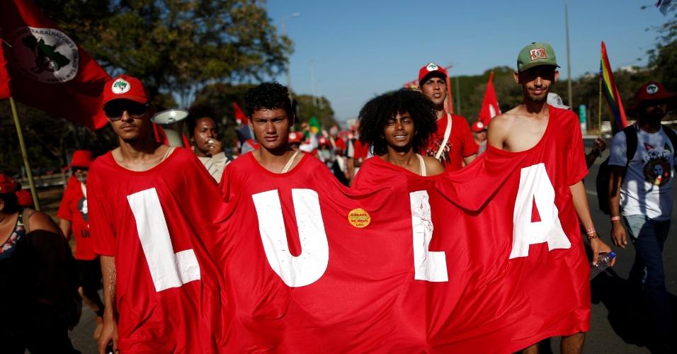 14.ago.2018 - Manifestantes a favor de Lula participam de marcha em Brasília