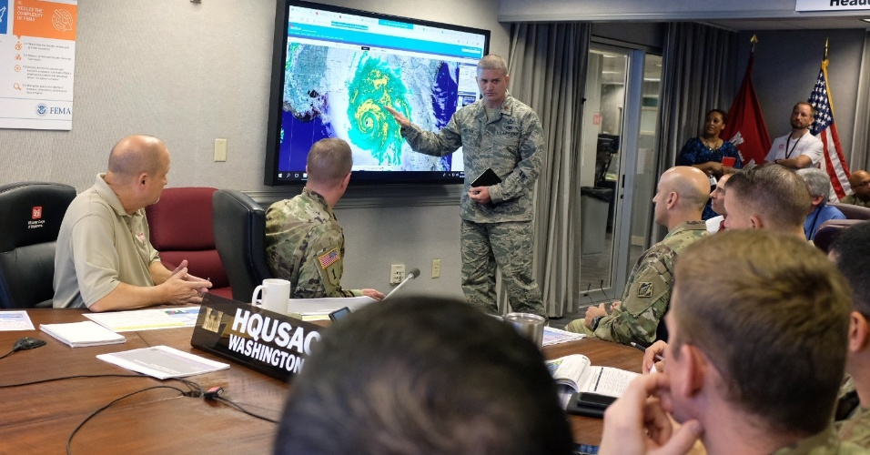 10.out.2018 - Militares americanos monitoram o furacão Michael em seu quartel general em Washington