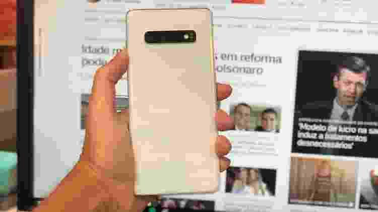 Traseira do S10+ na cor branca é bonita, mas lembra um pouco iPhones - Gabriel Francisco Ribeiro/UOL