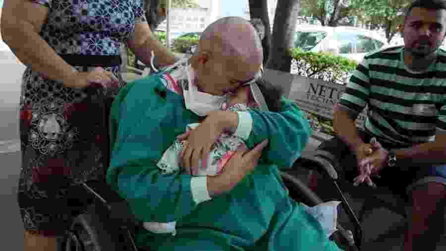 Natalia Cristina da Cruz Oliveira reencontra a filha, que não viu por um mês durante o tratamento de leucemia - Arquivo pessoal