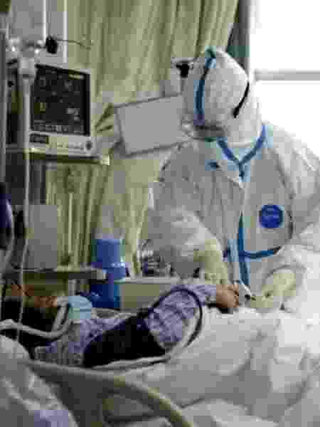 Foto divulgada pelo Hospital Central de Wuhan mostra a equipe médica atendendo o paciente infectado - Reuters