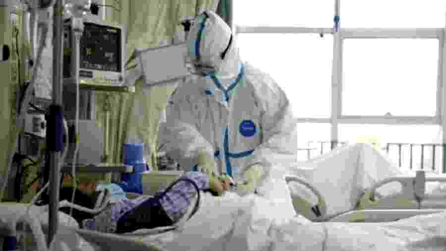 Uma foto divulgada pelo Hospital Central de Wuhan mostra a equipe médica atendendo o paciente infectado com o coronavírus - Reuters