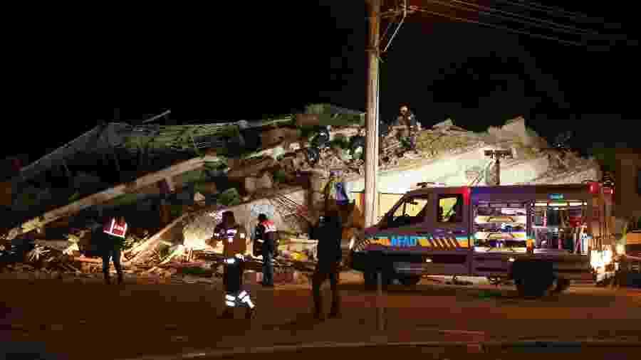 24.jan.2020 - Equipes de resgates buscam por sobreviventes nos escombros de um prédio após terremoto de magnitude 6,8 - Ihlas News Agency (IHA)/via Reuters