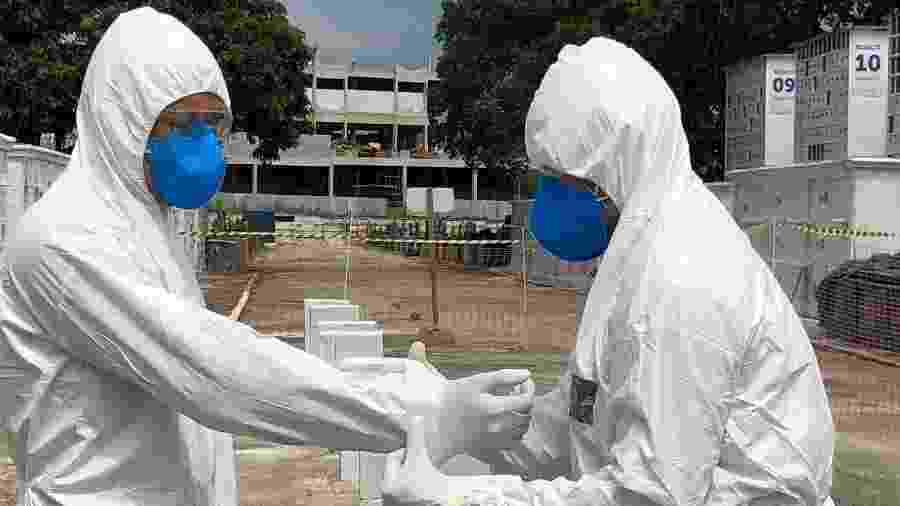 31.mar.2020 - Coveiros foram treinados para fazer sepultamentos de vítimas fatais do coronavírus com equipamento de segurança no Cemitério do Caju, na zona norte do Rio - Herculano Barreto Filho/UOL