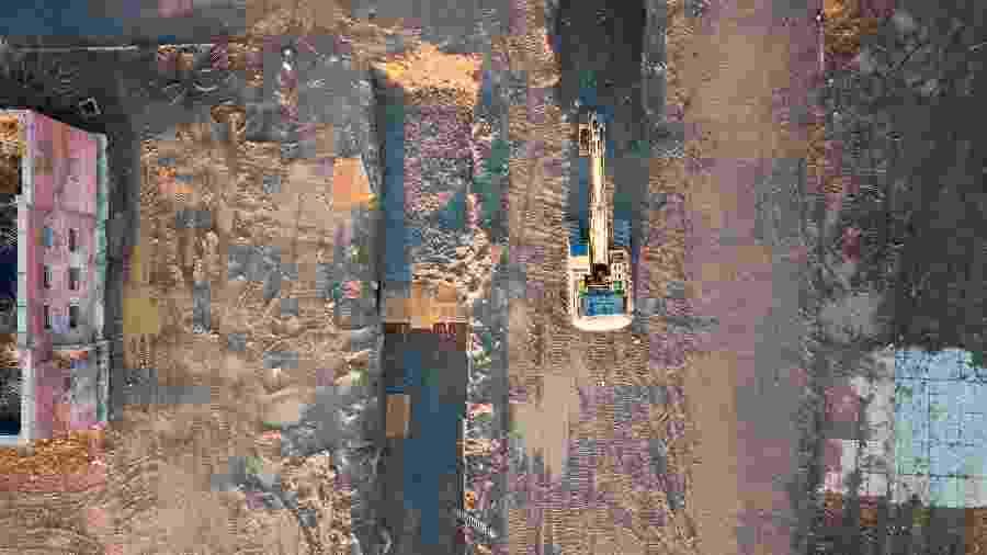 10.abr.2020 - Imagem aérea mostra uma escavadeira abrindo uma cova coletiva em Hart Island, no distrito do Bronx (Nova York), para enterrar vítimas do coronavírus - EFE/EPA/JUSTIN LANE