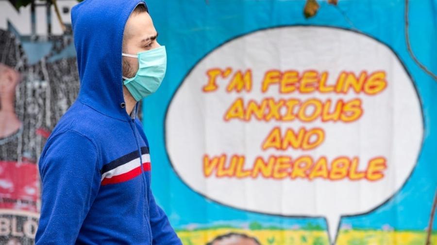 """17.abr.2020 - Coronavírus: """"Me sinto ansioso e vulnerável"""", diz frase em muro de Londres, no Reino Unido - Justin Setterfield/Getty Images"""