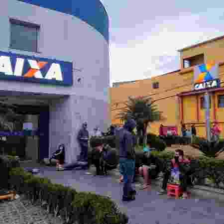 Pessoas aguardam a abertura de uma agência Caixa na Avenida Dona Belmira Marin, no Grajaú, em São Paulo  - Cleber Souza/UOL