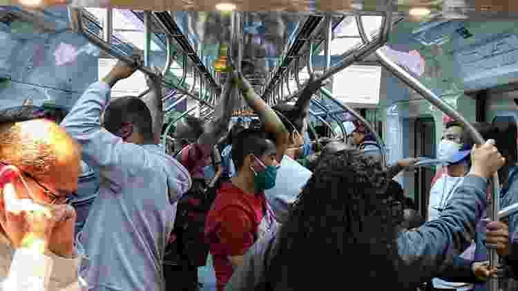 Passageiros em pé, sem distanciamento, no trem da linha 8-Diamante, sentido Júlio Prestes - Cleber Souza/UOL - Cleber Souza/UOL