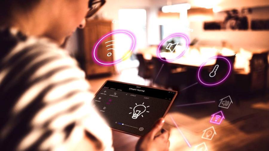 Caixinha com assistente de voz, lâmpada e aspirador robô são alguns do itens que valem para ter uma casa mais inteligente - Getty Images