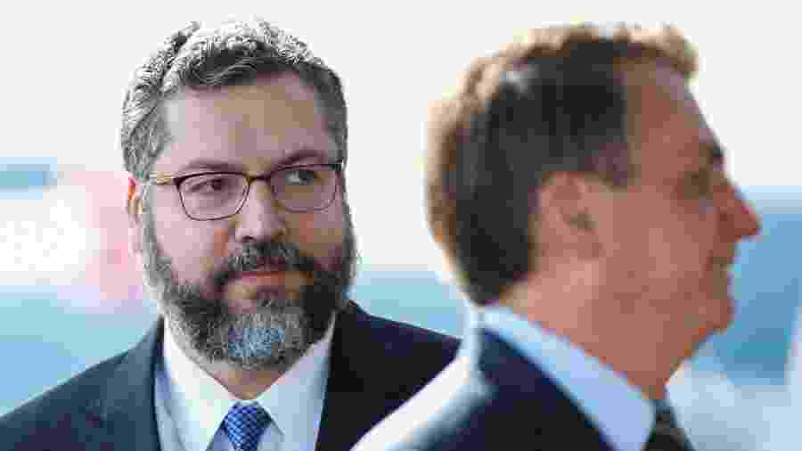 4.mai.2020 - O cancheler basileiro, Ernesto Araujo, e o presidente Jair Bolsonaro - Ueslei Marcelino/Reuters