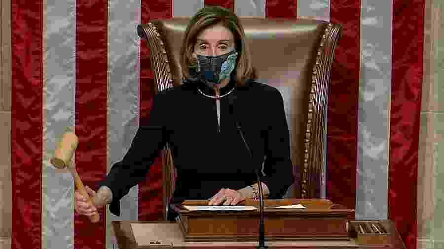 """13.jan.2021 - Presidente da Câmara, a democrata Nancy Pelosi liderou a sessão que votou pelo impeachment de Trump por """"incitação à insurreição""""  - Reuters"""